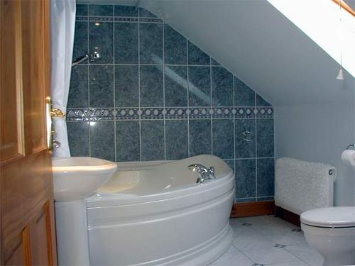 The Lovely Bath And Bathroom In The Holiday Cottage